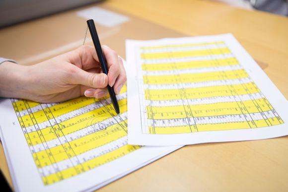 Yrityksen kirjanpitoa paperilla.
