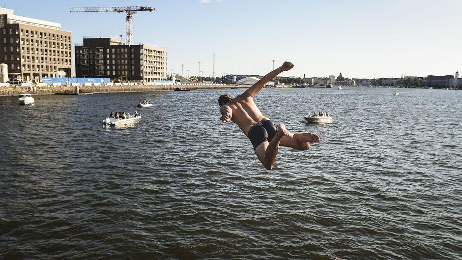 Uimari hyppää mereen Kalasatamassa