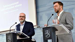 Tutkimusjohtaja Heikki Räisänen (vas.) ja työministeri Timo Harakka työ- ja elinkeinoministeriön tiedotustilaisuudessa työllisyydestä Helsingissä 23. heinäkuuta 2019.