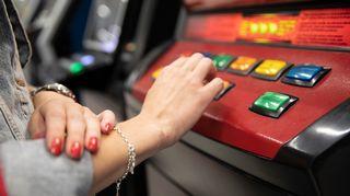 Audio: Nainen pelaa rahapelejä.