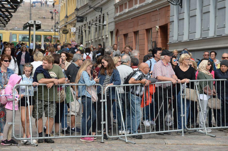 Ihmiset odottavat Vladimir Putinin saapumista Presidentinlinnaan Kauppatorin ympäristössä.