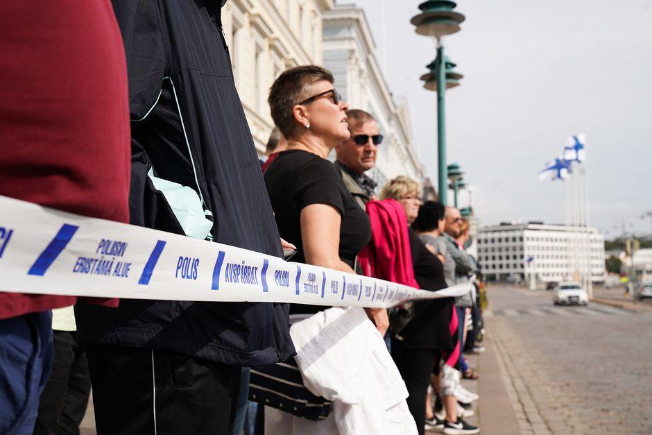 Ihmiset odottelevat presidentti Putinin autosaattuetta Pohjoisesplanadilla 21. elokuuta.