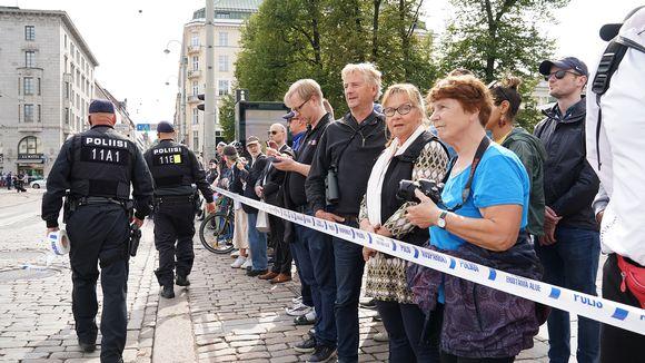 Ihmiset odottelvat Putinin saapumissta.
