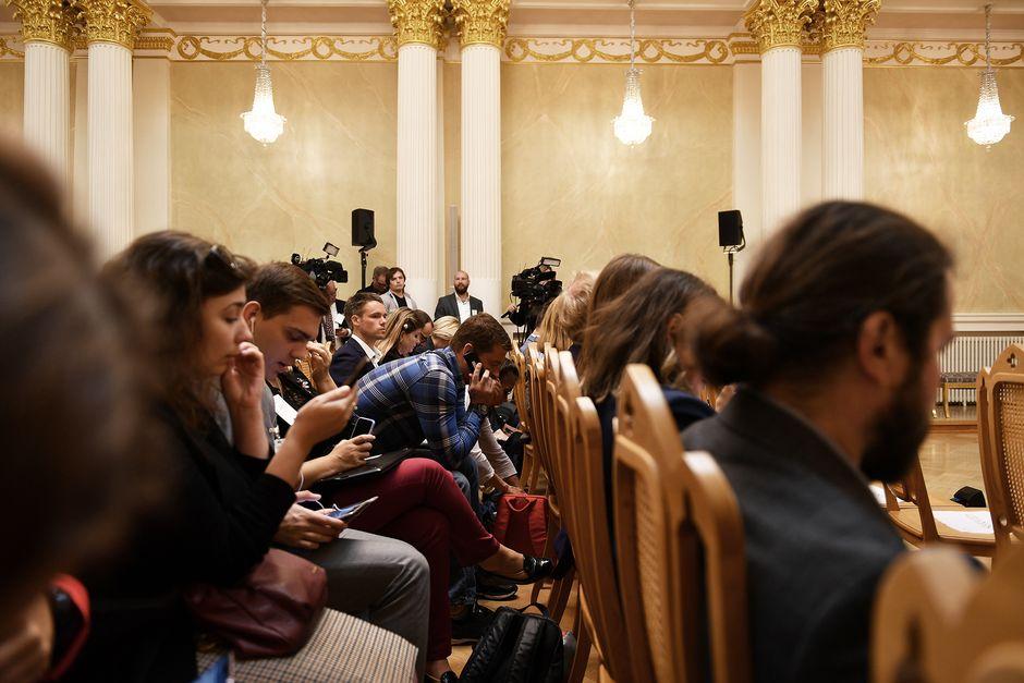 Toimittajia ja kuvaajia odottelemassa tiedotustilaisuuden alkua.