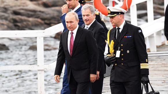 Presidentit saapumassa Suomenlinnnaan.