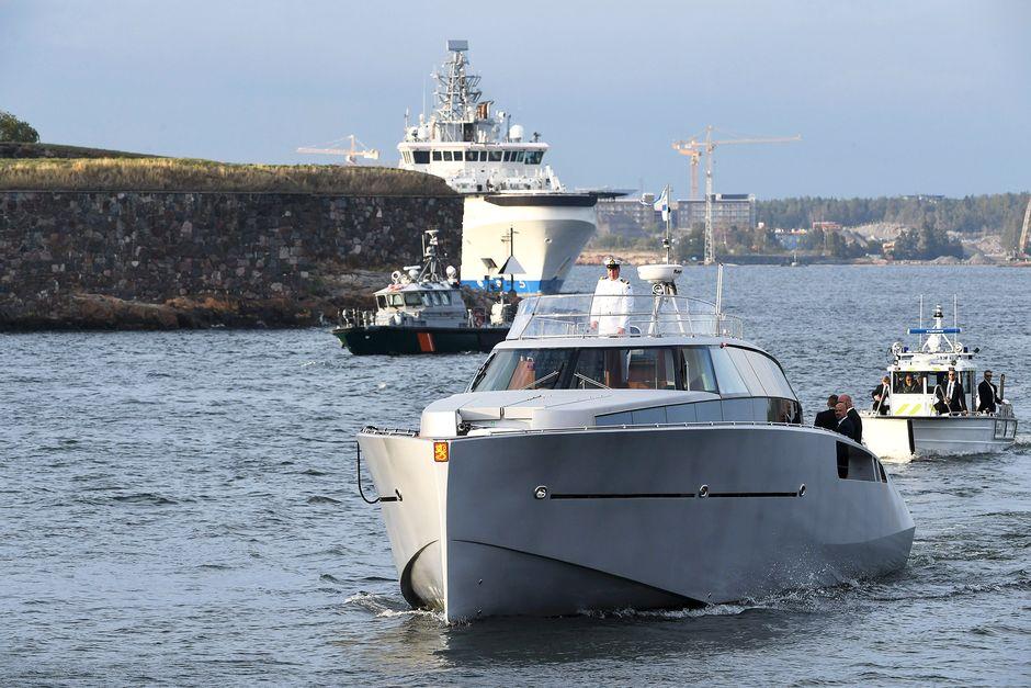 Presidenttejä kuljettava Kulataranta VIII -vene saapuu Suomenlinnaan.