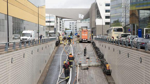 Pelastuslaitos pumppasi sadevettä ulos Elielin parkkihallista Helsingissä 23. elokuuta.