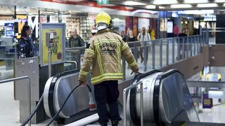 Pelastuslaitoksen palomies Helsingin Rautatieaseman metroasemalla.
