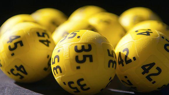 Eurojackpot-palloja lähikuvassa.
