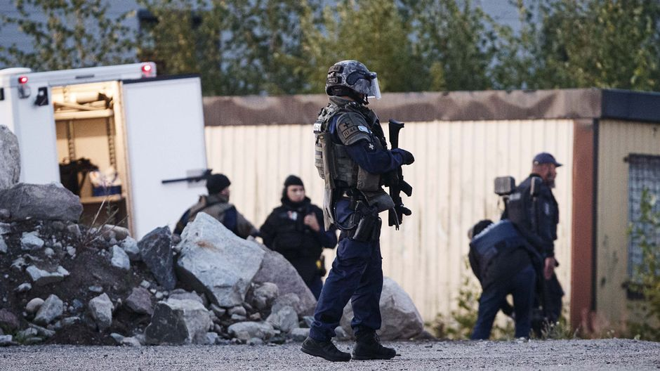 Suspects still at large in shooting of two police officers in southern Finland