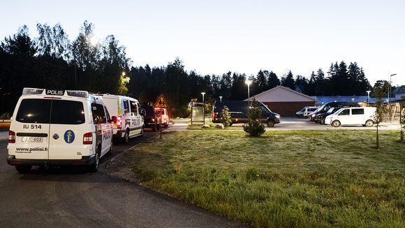 Poliisiautoja Eestinmäen päiväkodin pihalla aikaisin sunnuntaina aamulla 25. elokuuta.