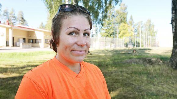 Miia Jokinen Hämeenlinnan vankilan porttien lähellä.