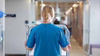 Sairaanhoitaja käytävällä