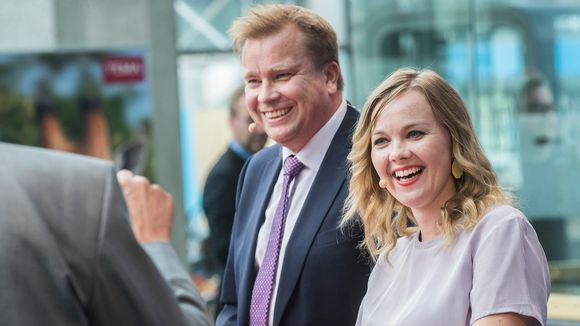 Antti Kaikkonen ja Katri Kulmuni kuvattuna Sanomatalon torilla 26. elokuuta.