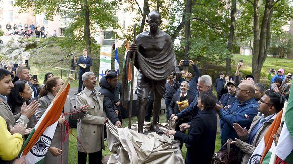 Ulkoministerit Subrahmanyam Jaishankar ja Pekka Haavisto paljastivat Mahatma Gandhin patsaan Helsingissä.