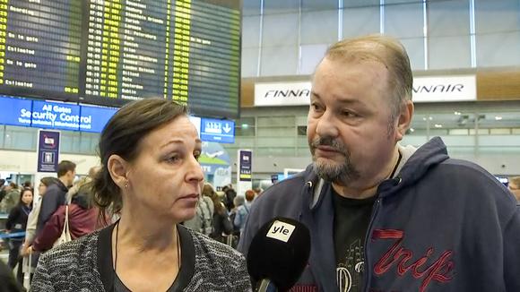 Naantalilaiset Päivi ja Peter Lindström haastateltavina Helsinki-Vantaan lentoasemalla 23. syyskuuta.
