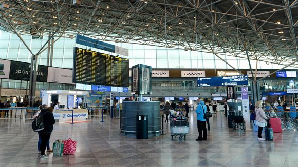 Matkustajia lähtöterminaali 2:ssa Helsinki-Vantaan lentokentällä varhain aamulla 23. syyskuuta.