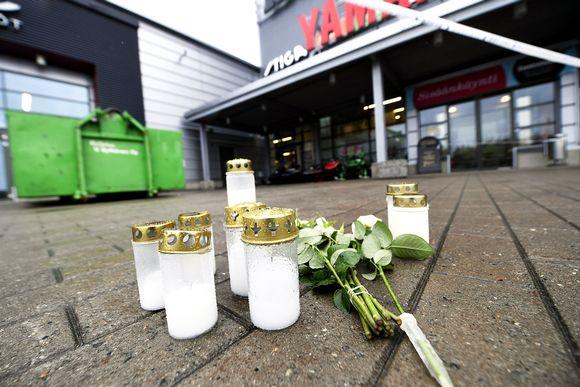 Kynttilöitä ja kukkia kauppakeskus Hermanin edustalla 2.10.