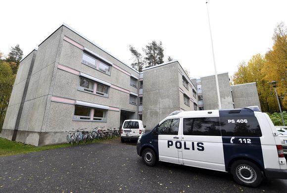 Poliisiauto Särkiniemessä sijaitsevan opiskelija-asuntolan pihalla Kuopiossa