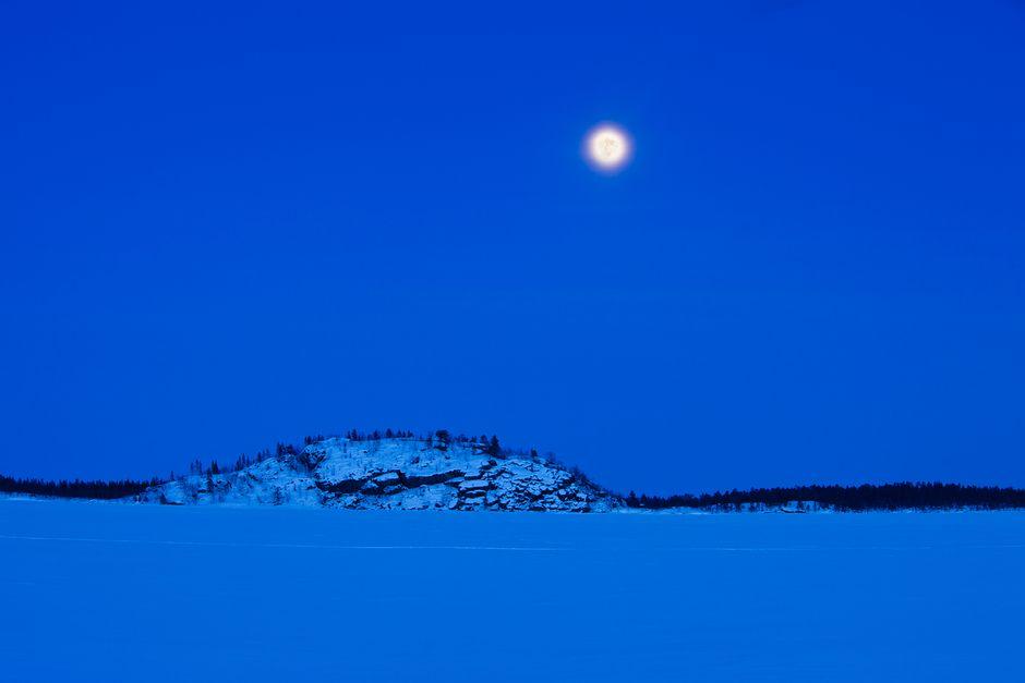 Ukonsaari talvisessa kaamosmaisemassa Inarijärvellä.