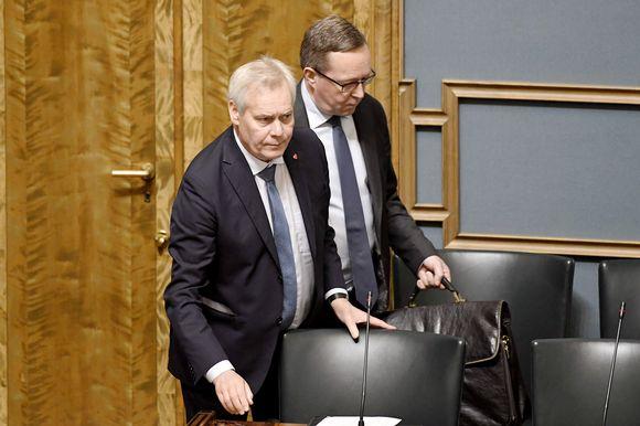 Pääministeri Antti Rinne ja valtiovarainministeri Mika Lintilä eduskunnan täysistunnossa Helsingissä.