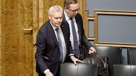 Video: Pääministeri Antti Rinne ja valtiovarainministeri Mika Lintilä eduskunnan täysistunnossa Helsingissä.