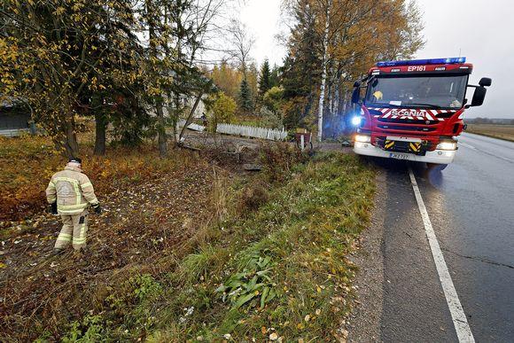 Pelastuslaitos raivaa onnettomuuspaikkaa Jalasjärvellä.