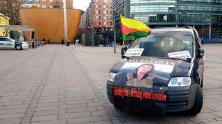 Kulkueen lähtiessä liikkeelle torilta poliisi myös esti järjestäjien ajoneuvon liittymisen kulkueeseen.