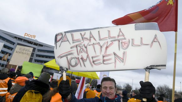 Posti ja logistiikka-alan unioni PAU järjesti mielenosoituksen Postin työehtojen romuttamista vastaan Postin pääkonttorilla Pasilassa Helsingissä 12. marraskuuta.
