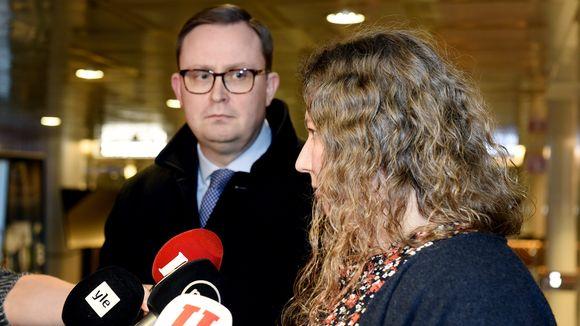 Palvelualojen työnantajat Palta ry:n toimitusjohtaja Tuomas Aarto ja Posti- ja logistiikka-alan unioni PAU:n puheenjohtaja Heidi Nieminen kertoivat neuvottelutilanteesta lähtiessään Paltan tiloista kohti valtakunnansovittelijan toimistoa Helsingissä 26. marraskuuta.