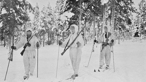 Hiihtopartio märkäjärvellä helmikuussa 1940.