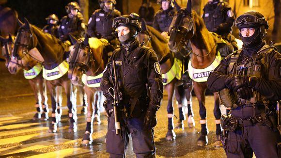 Poliiseja seuraamassa mielenosoituksia