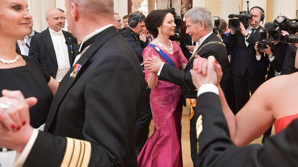 Presidentti tanssi Linnan juhlissa.
