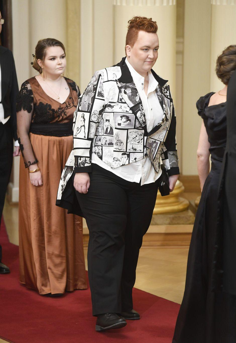 Max Sarin kättelemässä linnan juhlissa Helsingissä itsenäisyyspäivänä.