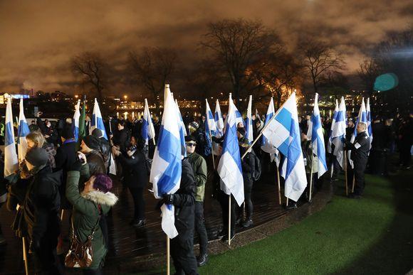 suomenlippuja soldiers of odin mielenosoittajilla