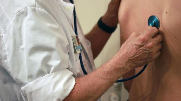 Lääkäri kuuntelee stetoskoopilla potilaan keuhkoja.