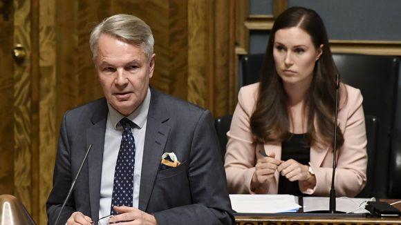 Ulkoministeri Pekka Haavisto (vihr.) ja pääministeri Sanna Marin (SDP) eduskunnan täysistunnossa Helsingissä 17. joulukuuta.