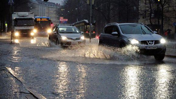 Vesi lanehti kadulla Mannerheimintiellä Tullinpuomin risteyksestä 18. joulukuuta 2019.