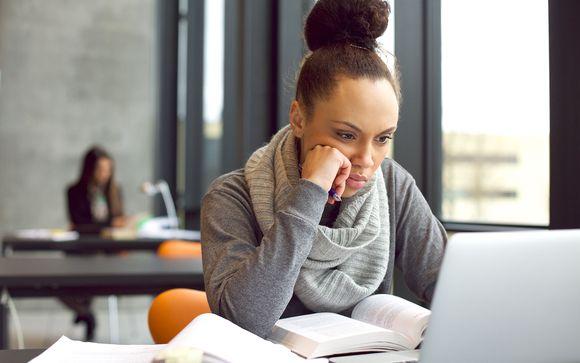 nuori nainen opiskelee salissa