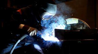 Metallityöntekijä työssään.
