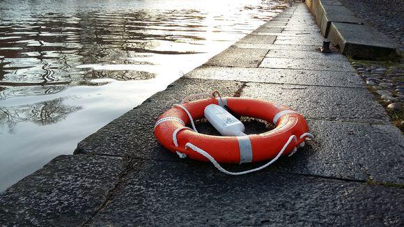 Pelastusrengas joen rannalla.