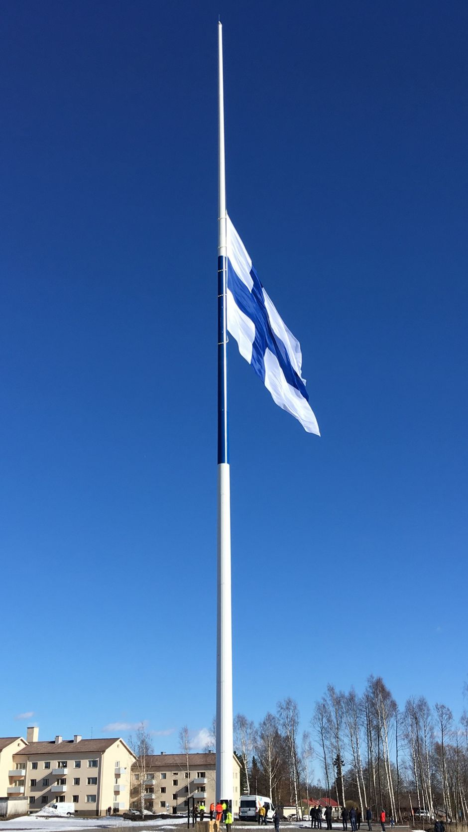 Lippu nousee Haminan jättisalkoon