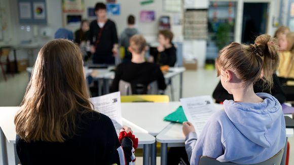 Opettaja ja oppilaita tunnilla.