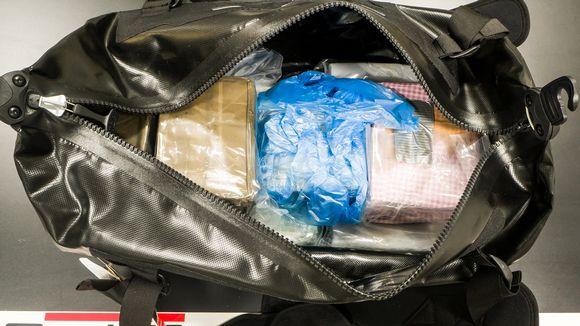 Poliisi takavarikoi kuvassa olevan kassin vuokramökin piharakennuksesta huhtikuussa 2019. Kassissa oli useita kiloja kokaiinia ja hasista.