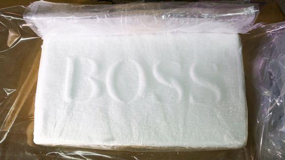 Kokaiini pakataan Etelä-Amerikassa valmistusprosessin jälkeen kilon harkkoihin.  Kuvan harkon kokaiinin pitoisuus oli 85 prosenttia.