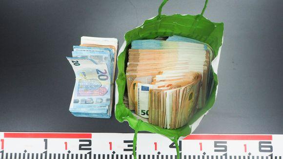 Poliisi takavarikoi erään epäillyn hallusta yli 60,000 euros käteistä rahaa Helsinki-Vantaan lentokentällä.  Esitutkinnan mukaan epäilty oli toimittamassa rahoja Espanjaan.