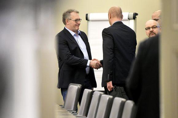 Petri Vanhala ja Jyrki Hollmen kättelevät valtakunnan sovittelijan toimistolla.