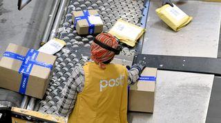 Postipaketteja käsittelyssä Postin logistiikkakeskuksessa Vantaalla.