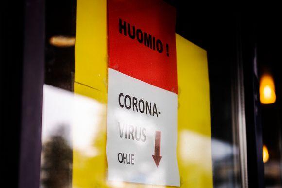 Haartmanin sairaalan päivystyksen ikkunaan teipattu koronavirus-ohje. Lapussa kielletään tulemasta sisälle sairaalaan konsultoimatta ensin puhelimitse sairaanhoitohenkilökuntaa.