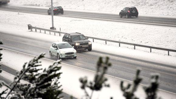 Lumipyry ja sohjoiset tiet vaikeuttavat liikennettä tänään suuressa osassa maata.